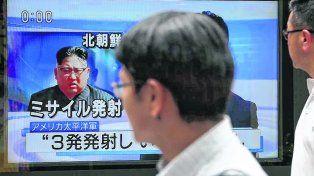pesadilla. La figura del dictador norcoreano parece amenazar a un japonés en el metro de Tokio.