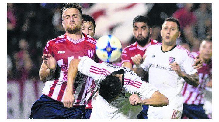 Fricción. Amoroso se agacha y Bruno Bianchi mira entre defensores de Unión.