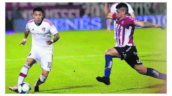 Sabe llevarla. Sarmiento entró y enseguida pidió la pelota para encarar a un rival.