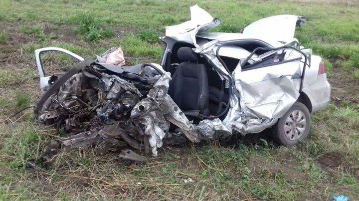 El VW Voyage quedó prácticamente destrozado tras chocar contra el acoplado de un camión.