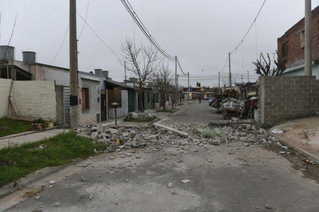 Vecinos de barrio Alvear derrumbaron parte de un muro de la urbanización de UPCN
