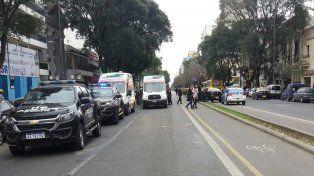 El taxi quedó encima del cantero central. (Foto vía Twitter:@RosarioSangraa)