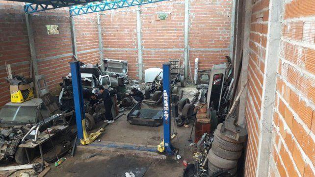 La Policía allanó un galpón y secuestró vehículos y numerosas autopartes