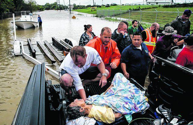 dramático. Una anciana de 92 años es rescatada en las afueras de Houston. Se temen muchos muertos.