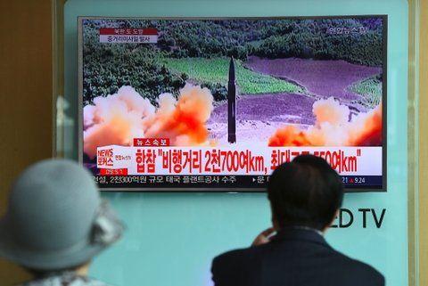Punto crítico. Surcoreanos observan por televisión el lanzamiento del cohete del belicoso vecino del norte.