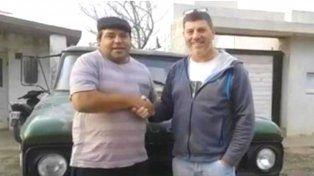 José Luis le agradece a Carlos Bossio (der.). Detrás