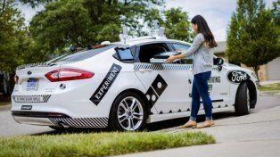 adelanto. Los clientes de Dominos recibirán mensajes de texto cuando el vehículo salga y llegue a destino.