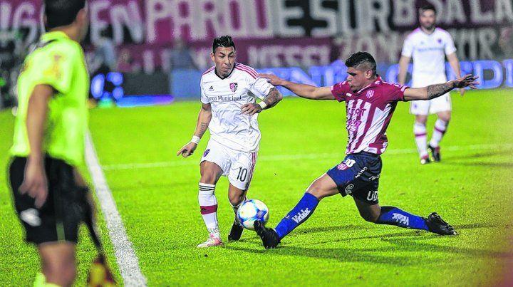 Actitud. Sarmiento entró en el segundo tiempo y le dio más juego al rojinegro. Es vital en este equipo.