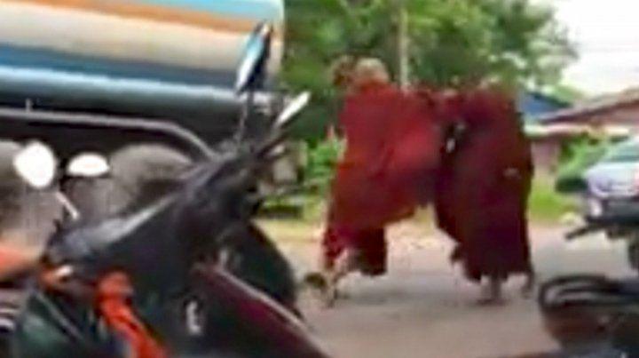 Dos monjes budistas dirimieron sus diferencias a golpes y paraguazos