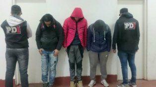 para la foto. Los tres jóvenes apresados ayer por el Área de Homicidio de la PDI en la zona sur y Alvear.