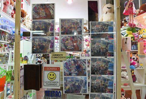 escrache. Un comercio del centro de la ciudad colocó en la vidriera las imágenes de las mecheras que suelen ingresar allí para hacerse de algún botín.