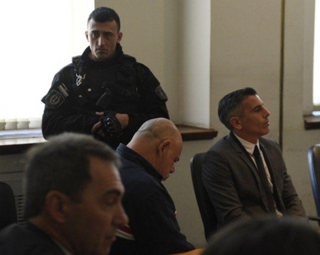 culpable. El mecánico Juan Carlos Schmitt (centro) mira hacia el piso  tras escuchar la sentencia. En 13 meses podrá gozar de salidas  laborales.