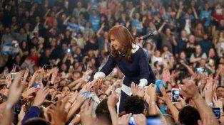 todas la manos. Fernández de Kirchner festejó la victoria de las Paso 17 días después de cerrados los comicios.