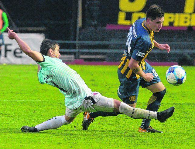 Mala pata. Parot intenta sortear la marca de un jugador de Colón. El chileno no jugaría contra Riestra.
