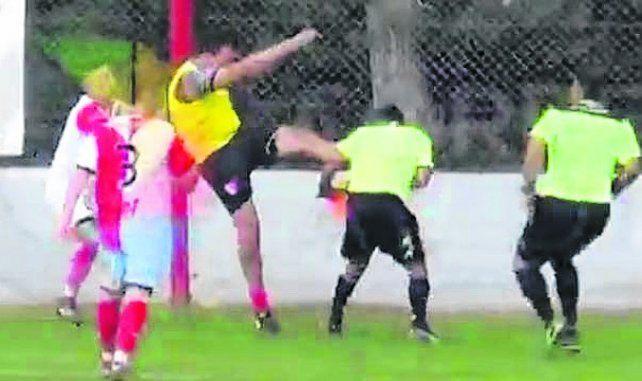 A los tres minutos del partido se desató la crónica violenta. Gol