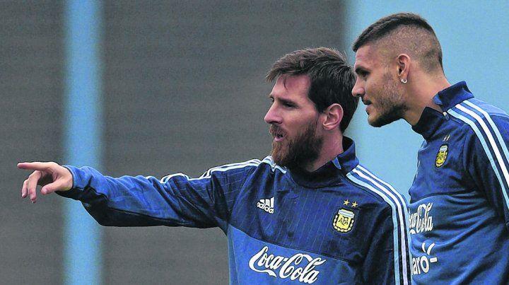Juntos a la par. La Pulga Messi parece indicarle el camino a Icardi