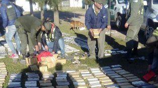 Efectivos de Gendarmería durante el conteo de la cocaína secuestrada.