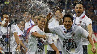 Los jugadores japoneses celebran su triunfo sobre Australia y el pasaje a Rusia.