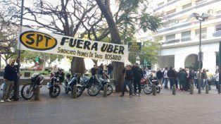 Los taxistas colgaron un pasacalle frente a la Fundación Libertad.