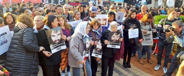 La marcha de las Madres en la plaza contó con el acompañamiento de la sociedad civil para pedir la aparición de Santiago Maldonado. (Foto: twitter @BeatrizPriotti)