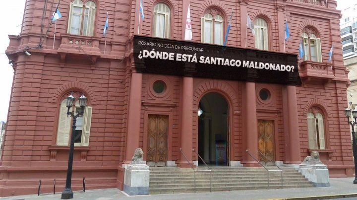 El cartel frente a la Municipalidad preguntando por Santiago Maldonado.