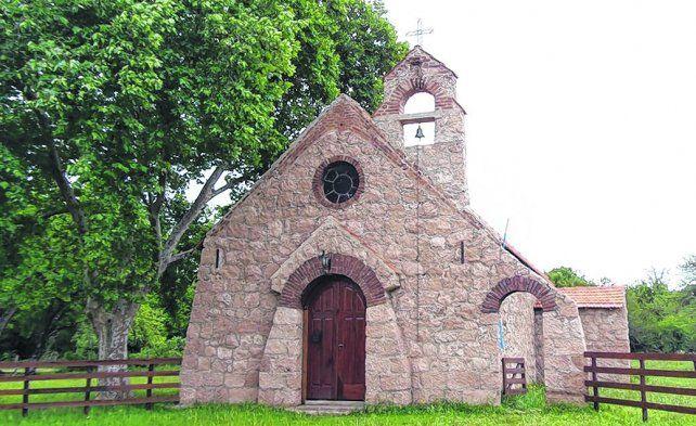 Pequeña y antigua. La vieja capilla fue construida en 1895 y fue dedicada a San Luis Gonzaga.
