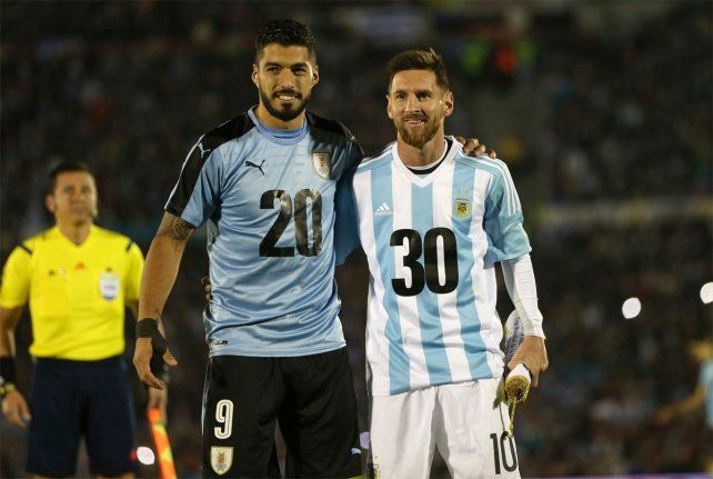 2030. La imagen de Suárez y Messi en la previa del empate entre Argentina y Uruguay.