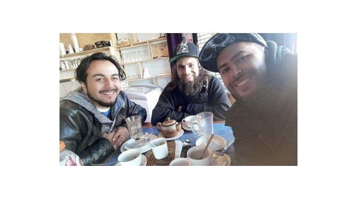 amigos. Fotos de los días de Santiago Maldonado en Chile