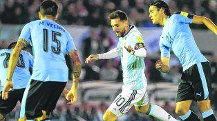 Rodeado. Messi maniobra entre Vecino