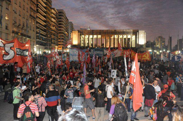La explanada del Monumento a la Bandera reunió a una multitud que reclamó la aparición con vida del joven mochilero.