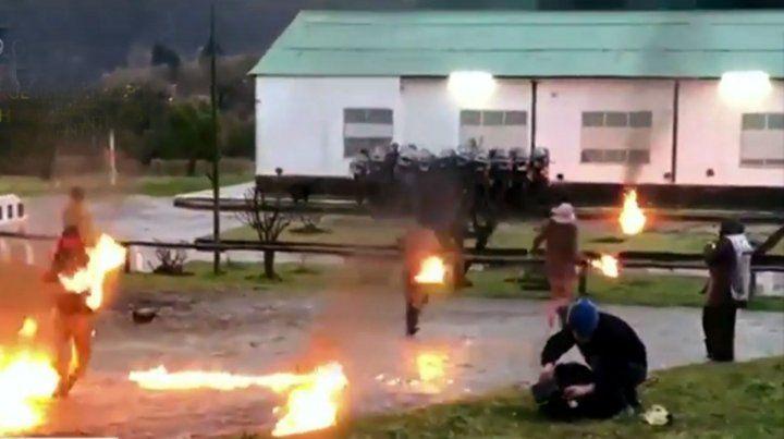 Fuego. Un pequeño grupo atacó el destacamento de Gendarmería.