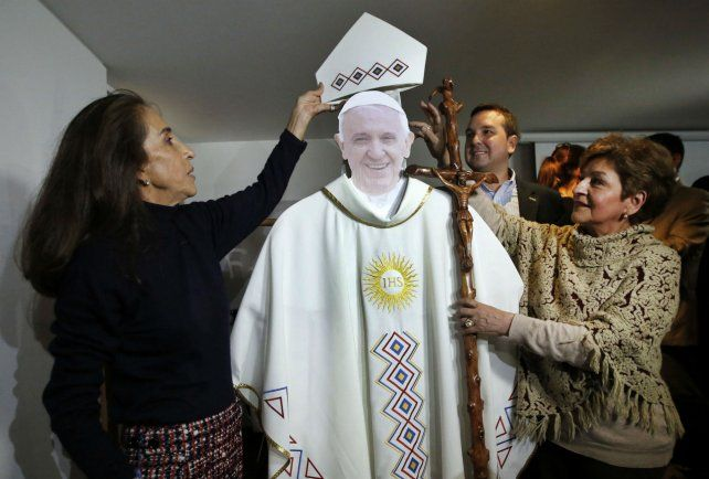 La diseñadora Regina Bastidas (derecha) prueba una vestimenta que llevará Francisco en su visita.