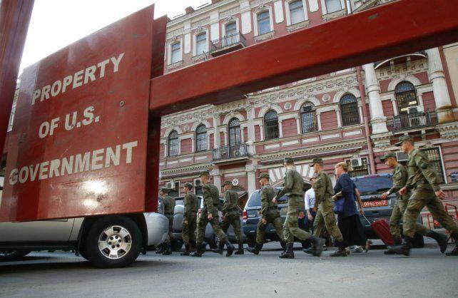 Roces. Soldados rusos cruzan frente al consulado estadounidense en la ciudad de San Petersburgo.