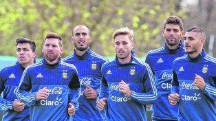 Al trote. Acuña, Messi, Pizarro, Biglia, Fazio e Icardi, quienes fueron titulares contra Uruguay, se entrenaron en forma liviana en el predio de Ezeiza.