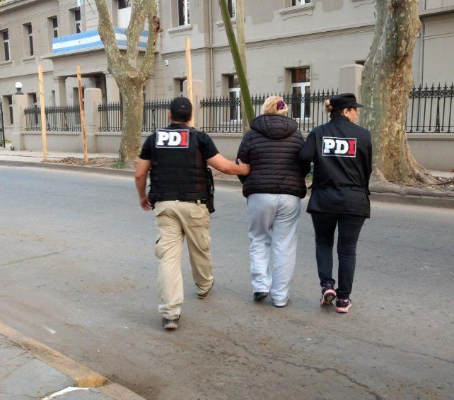 La mujer implicada en el crimen del chico de 16 años es trasladada a la PDI.