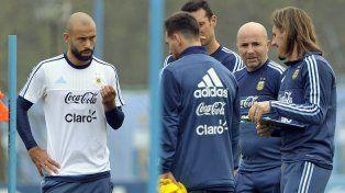 Mascherano en un aparte de la charla con el entrenador Jorge Sampaoli y el resto del cuerpo técnico.