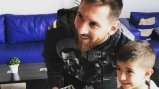 Un nene sorprendió a Lionel Messi con un inesperado regalo con los colores de Newells