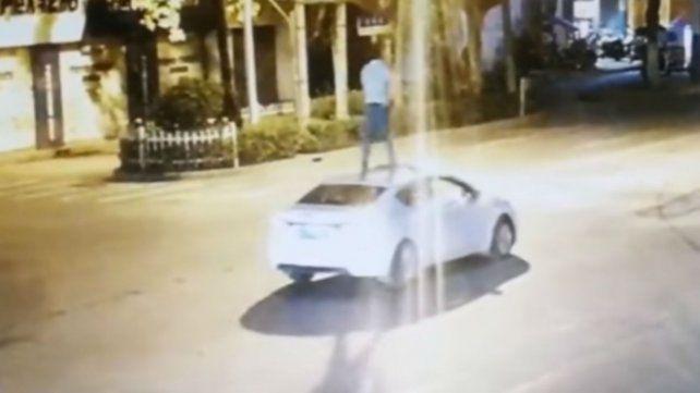 Se emborrachó al cerrar un importante trato y lo festejó viajando parado sobre su auto