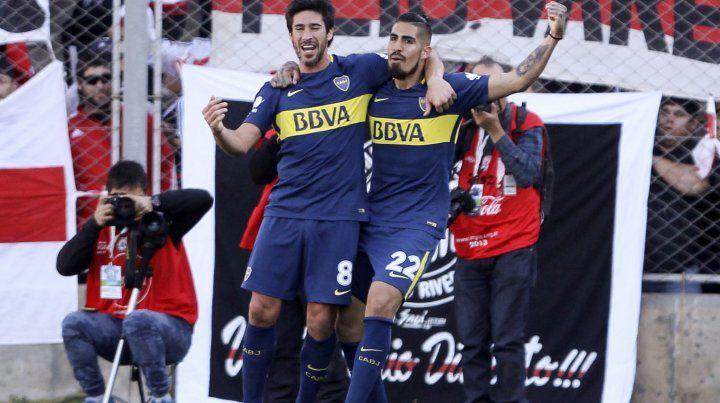 Pablo Pérez festeja con Oscar Benítez