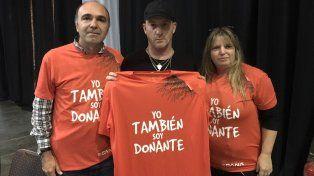 Alejandro Trivisonno y su esposa Silvia se muestran con al camiseta naranja apoyando la donación de órganos junto a Rolo Sartorio