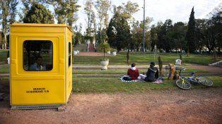 Vigilados. Una garita de seguridad desde donde un agente vigila e intenta evitar el vandalismo en el Parque.