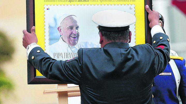 Preparativos. Un empleado instala una imagen del Papa frente al Palacio Presidencial