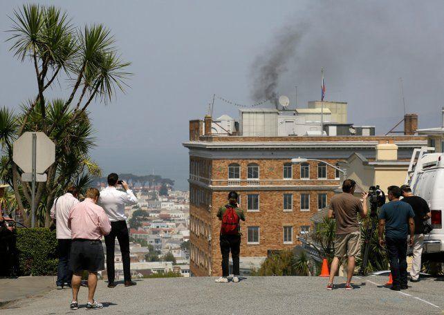 ¿Guerra Fría? En un día de mucho calor la chimenea del consulado ruso en San Francisco despide humo negro.