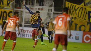 Polifuncional. Mauricio Martínez remate y convierte el gol del triunfo canalla ante Cañuelas. En aquel partido jugó como volante central