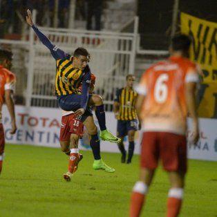 Polifuncional. Mauricio Martínez remate y convierte el gol del triunfo canalla ante Cañuelas. En aquel partido jugó como volante central, mientras que hoy lo hará en la defensa.