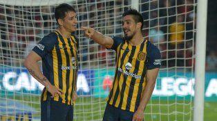 Allá vamos. Camacho celebra el gol del debut en el torneo ante Colón junto a su asistidor