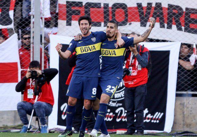Otra alegría más. Junior Benítez marcó el tanto de la victoria y lo festeja con Pérez.