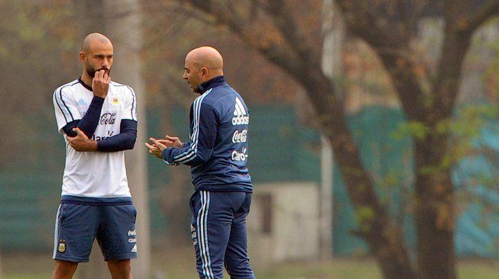 Mascherano y el entrenador. El sanlorencino entrará por el suspendido Mercado