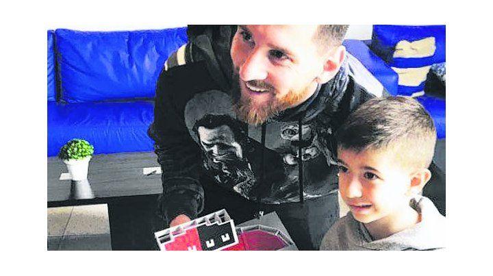 Un niño le regaló una maqueta del Coloso a Lionel Messi