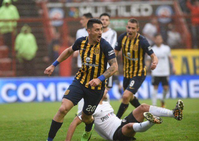 El delantero Zampedri festeja su primer gol con la camiseta canalla.